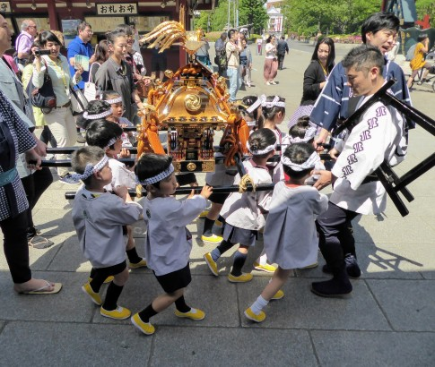 Children with mikoshi